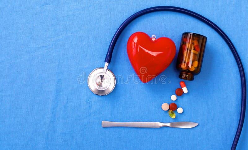 Ομοιόμορφος χειρούργος με το στηθοσκόπιο, την καρδιά και τα χάπια στοκ εικόνες