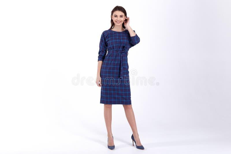 Ομορφιάς γυναικών πρότυπη τάση σχεδίου ένδυσης μοντέρνη που ντύνει το φυσικό οργανικό μαλλιού βαμβακιού ύφος γραφείων φορεμάτων π στοκ εικόνα