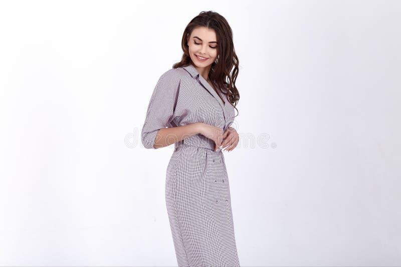 Ομορφιάς γυναικών πρότυπη τάση σχεδίου ένδυσης μοντέρνη που ντύνει το φυσικό οργανικό μαλλιού βαμβακιού ύφος γραφείων φορεμάτων π στοκ φωτογραφίες με δικαίωμα ελεύθερης χρήσης