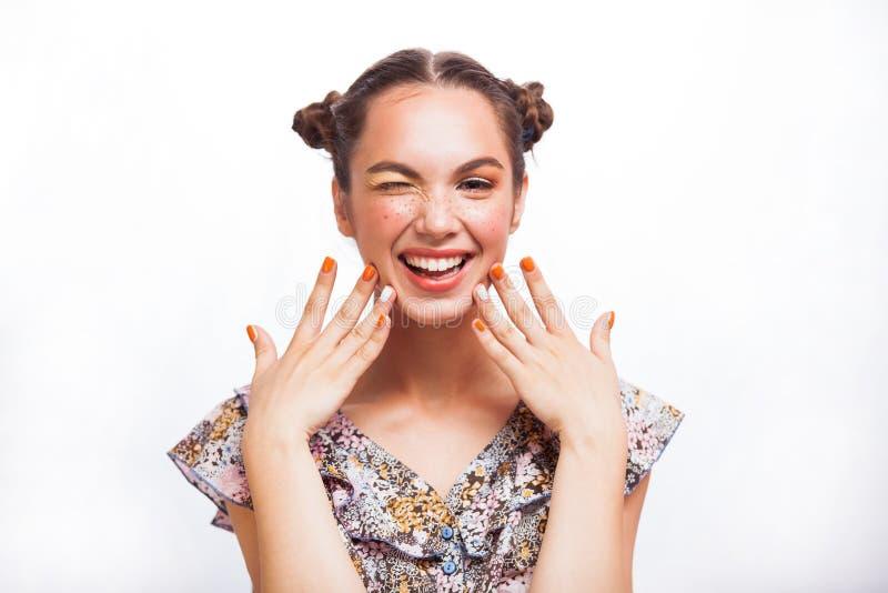 Ομορφιάς πορτρέτο κοριτσιών που απομονώνεται πρότυπο στο λευκό Όμορφο χαρούμενο κορίτσι εφήβων με τις φακίδες, αστείο hairstyle κ στοκ φωτογραφίες με δικαίωμα ελεύθερης χρήσης