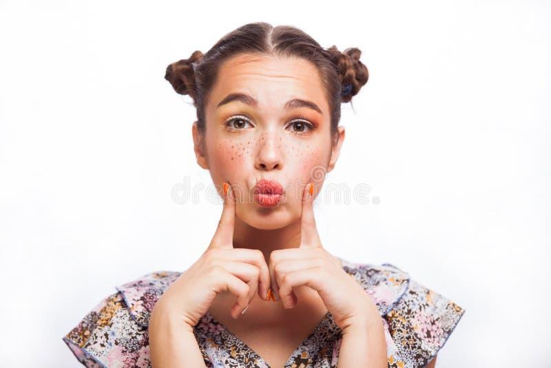 Ομορφιάς πορτρέτο κοριτσιών που απομονώνεται πρότυπο στο λευκό Όμορφο χαρούμενο κορίτσι εφήβων με τις φακίδες, αστείο hairstyle κ στοκ φωτογραφίες