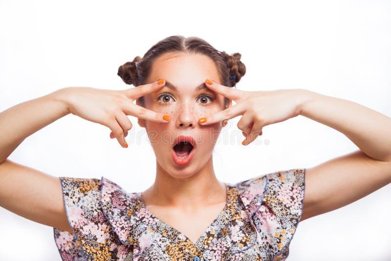 Ομορφιάς πορτρέτο κοριτσιών που απομονώνεται πρότυπο στο λευκό Όμορφο χαρούμενο κορίτσι εφήβων με τις φακίδες, αστείο hairstyle κ στοκ φωτογραφία με δικαίωμα ελεύθερης χρήσης