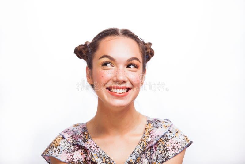 Ομορφιάς πορτρέτο κοριτσιών που απομονώνεται πρότυπο στο λευκό Όμορφο χαρούμενο κορίτσι εφήβων με τις φακίδες, αστείο hairstyle κ στοκ εικόνα με δικαίωμα ελεύθερης χρήσης