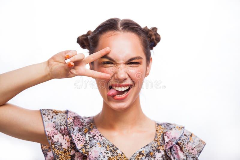 Ομορφιάς πορτρέτο κοριτσιών που απομονώνεται πρότυπο στο λευκό Όμορφο χαρούμενο κορίτσι εφήβων με τις φακίδες, αστείο hairstyle κ στοκ εικόνες