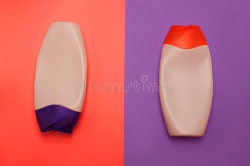 Ομορφιά, διακοσμητικά μπουκάλια καλλυντικών Το ρόδινο και πορφυρό υπόβαθρο χρωμάτων, επίπεδο βάζει, τοπ άποψη, minimalistic ύφος  στοκ φωτογραφία με δικαίωμα ελεύθερης χρήσης
