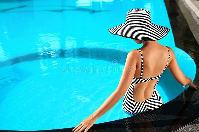 Ομορφιά θερινών γυναικών, μόδα Υγιής γυναίκα στην πισίνα Επαν στοκ φωτογραφία