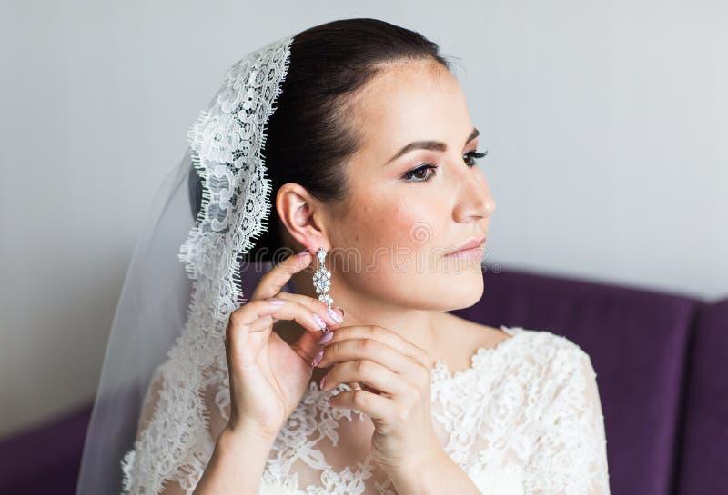 Ομορφιά και έννοια κοσμημάτων - γυναίκα που φορά τα λαμπρά σκουλαρίκια διαμαντιών στοκ φωτογραφία με δικαίωμα ελεύθερης χρήσης
