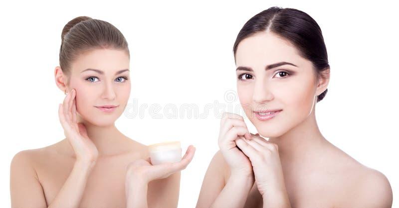 Ομορφιά και έννοια φροντίδας δέρματος - νέες όμορφες χαμογελώντας γυναίκες με στοκ εικόνες με δικαίωμα ελεύθερης χρήσης
