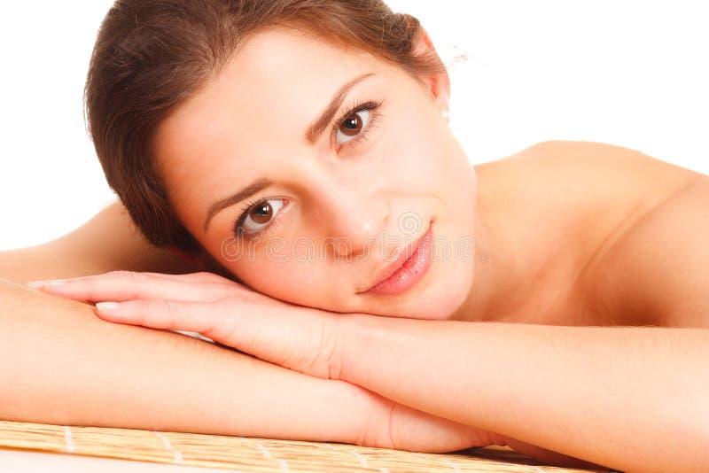 Ομορφιά και έννοια SPA - όμορφη γυναίκα στο σαλόνι SPA που βρίσκεται στο τ στοκ εικόνες με δικαίωμα ελεύθερης χρήσης