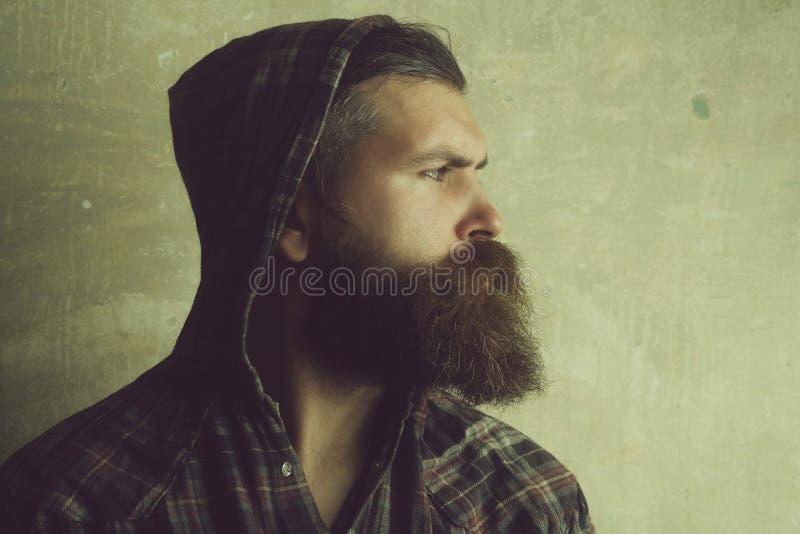 ομορφιά και τρόπος ζωής Βάναυσο άτομο με τη μακριά γενειάδα που φορά την κουκούλα στο κεφάλι στοκ φωτογραφία με δικαίωμα ελεύθερης χρήσης
