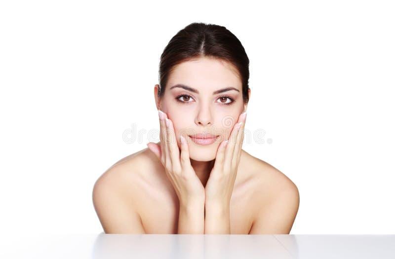 Ομορφιά που πυροβολείται ενός νέου προτύπου σχετικά με το πρόσωπό της στοκ φωτογραφία