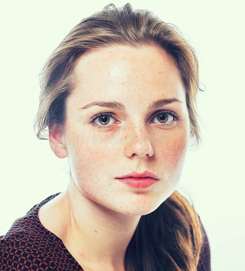 Ομορφιά στούντιο Πορτρέτο της χαμογελώντας νέας και ευτυχούς γυναίκας με τις φακίδες Απομονωμένος στο λευκό στοκ εικόνες