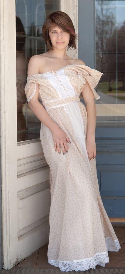 Ομορφιά στο εκλεκτής ποιότητας φόρεμα στοκ εικόνα