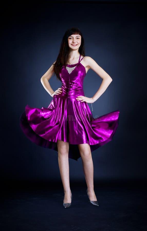 Ομορφιά στο πορφυρό φόρεμα στοκ εικόνες