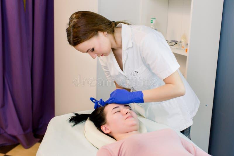Ομορφιά τρίχας, mesotherapy: ένας γιατρός trichologist beautician Βελόνα mesotherapy Καλλυντικό εγχθμένος στο κεφάλι της γυναίκας στοκ φωτογραφία με δικαίωμα ελεύθερης χρήσης