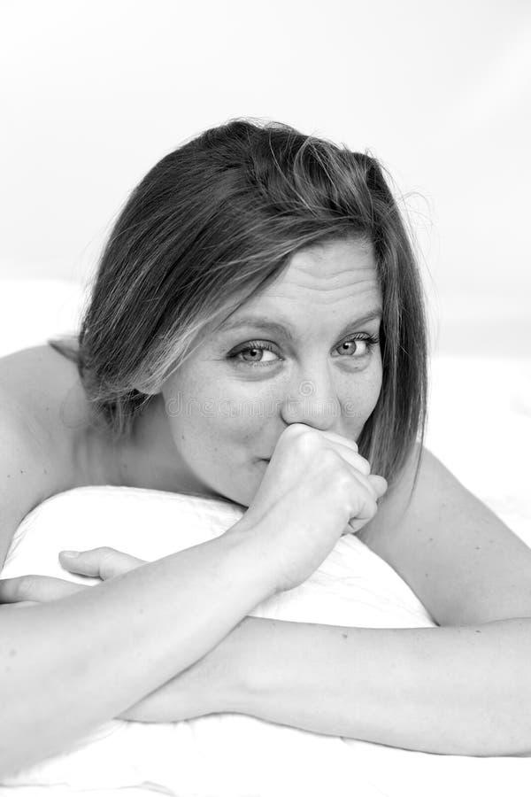 Ομορφιά χαμόγελου στο κρεβάτι που κουράζεται στοκ φωτογραφία με δικαίωμα ελεύθερης χρήσης