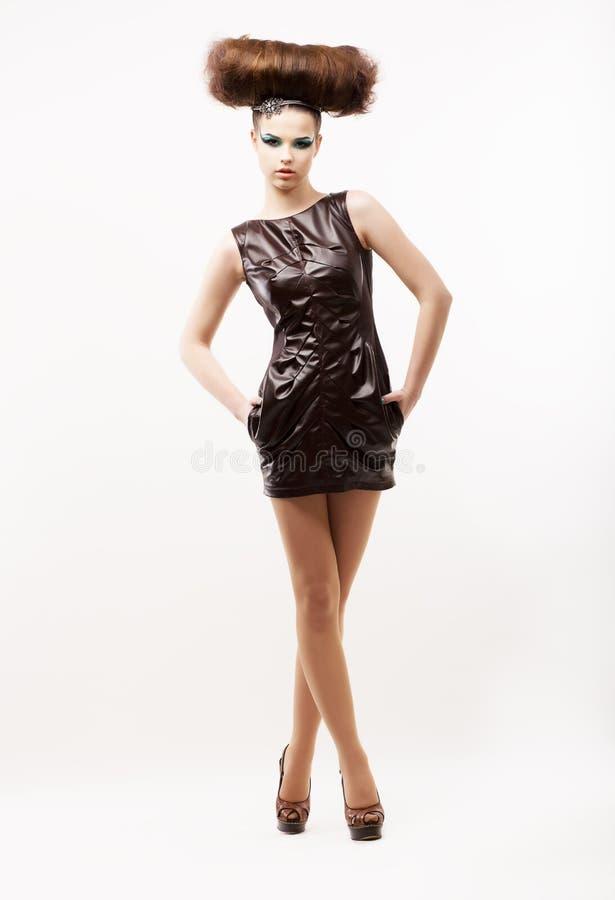 Ομορφιά & μόδα. Υποομάδα. Μοντέρνη εκκεντρική γυναίκα στο μαύρο φόρεμα. Fete στοκ εικόνες