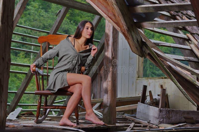 Ομορφιά Brunette στη λικνίζοντας καρέκλα στοκ εικόνες