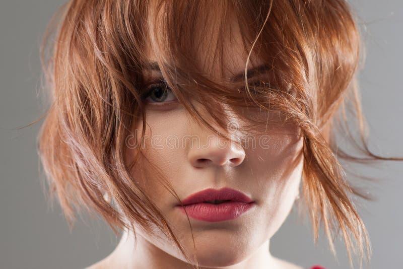 Ομορφιά hairstyle που διαφημίζει δημιουργική μόδα στοκ εικόνες