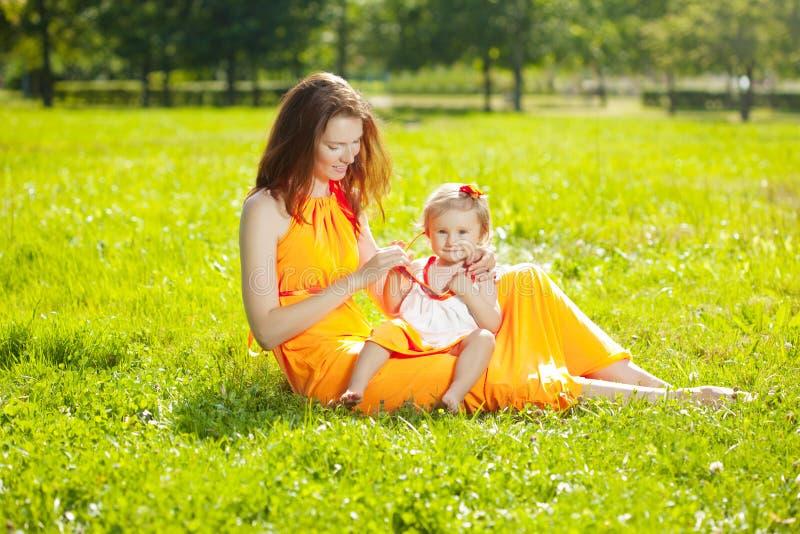Ομορφιά Mom και μωρό υπαίθρια Ευτυχές οικογενειακό παιχνίδι στη φύση Mo στοκ εικόνες