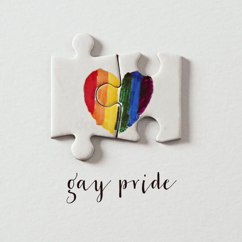 Ομοφυλοφιλική υπερηφάνεια καρδιών και κειμένων ουράνιων τόξων στοκ εικόνα με δικαίωμα ελεύθερης χρήσης