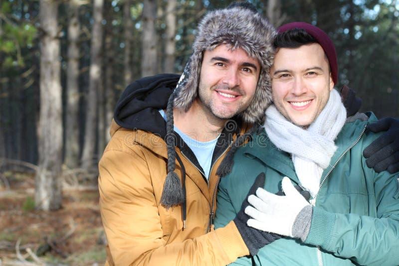 Ομοφυλοφιλικός τρόπος ζωής που πυροβολείται χειμερινός στη φύση στοκ εικόνες