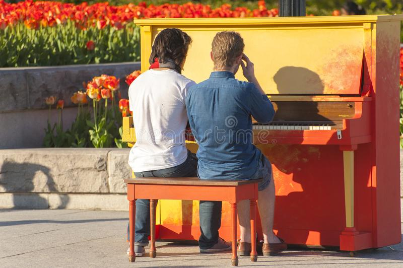 2 ομοφυλόφιλοι που παίζουν το πιάνο στοκ εικόνες