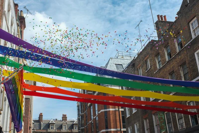 Ομοφυλοφιλικά χρώματα σημαιών και κομφετί υπερηφάνειας στοκ φωτογραφία με δικαίωμα ελεύθερης χρήσης