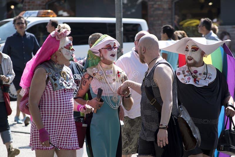Ομοφυλοφιλική παρέλαση υπερηφάνειας σε Luebeck, Γερμανία, ντυμένα με κοστούμι άτομα στοκ εικόνες