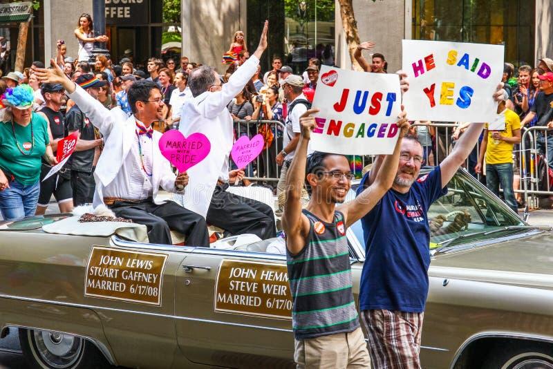 Ομοφυλοφιλικό παντρεμένο ζευγάρι παρελάσεων υπερηφάνειας του Σαν Φρανσίσκο στοκ εικόνες