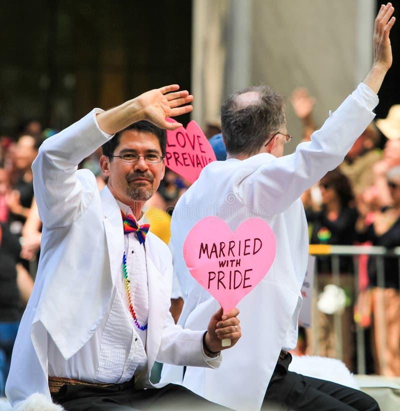Ομοφυλοφιλικό παντρεμένο ζευγάρι Wavi παρελάσεων υπερηφάνειας του Σαν Φρανσίσκο στοκ φωτογραφίες