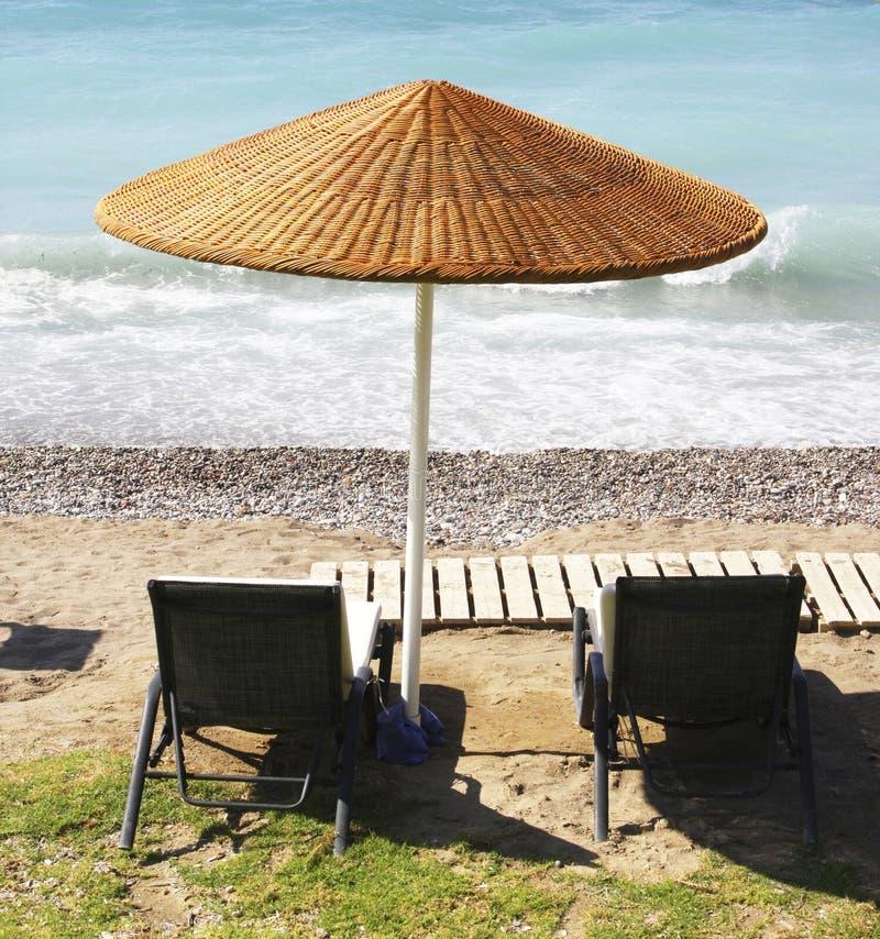 ομπρέλα εδρών παραλιών στοκ εικόνες με δικαίωμα ελεύθερης χρήσης