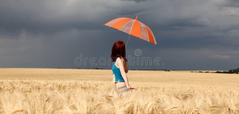 ομπρέλα θύελλας κοριτσ&io στοκ εικόνες με δικαίωμα ελεύθερης χρήσης