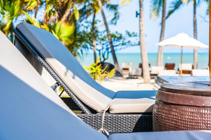Ομπρέλα και καρέκλα γύρω από την πισίνα ξενοδοχείων ωκεάνια παραλία θάλασσας θερέτρου στη neary για τις διακοπές στοκ φωτογραφίες