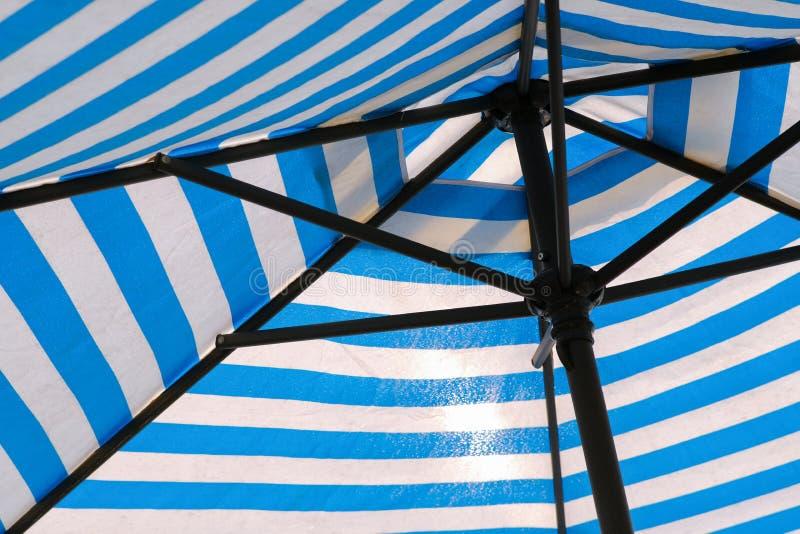 Ομπρέλα με μπλε λωρίδα στοκ φωτογραφία