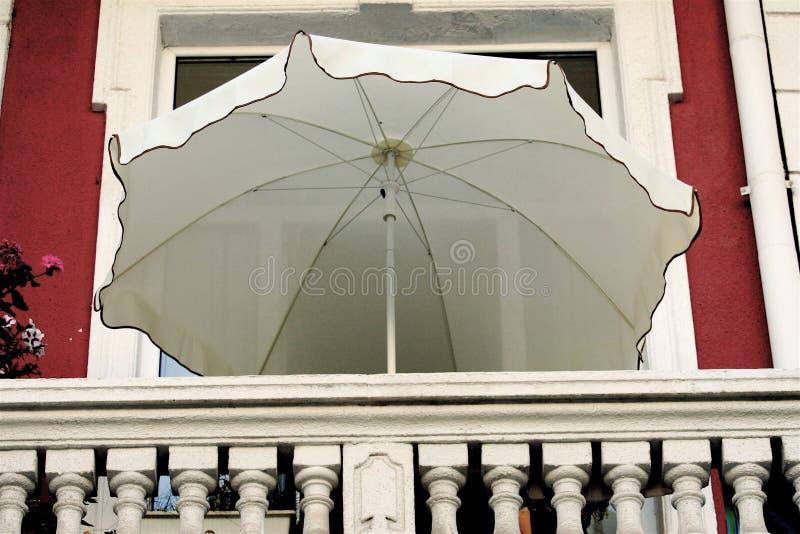 ομπρέλα μπαλκονιών στοκ φωτογραφία