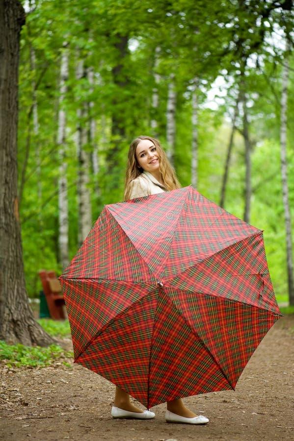 ομπρέλα πάρκων κοριτσιών στοκ εικόνες