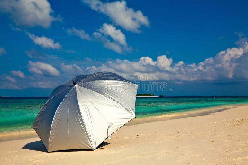 Download ομπρέλα παραλιών στοκ εικόνα. εικόνα από ορίζοντας, ναυτικός - 22791103