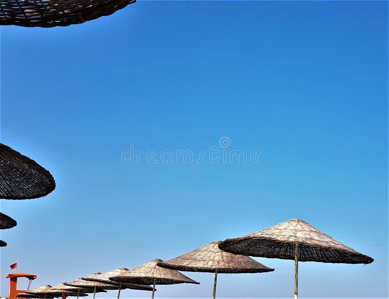 Ομπρέλες αχύρου παραλιών στην ακτή Μεσογείων, Kemer, Τουρκία στοκ φωτογραφία με δικαίωμα ελεύθερης χρήσης