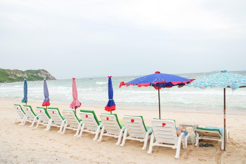 ομπρέλες εδρών παραλιών στοκ φωτογραφίες