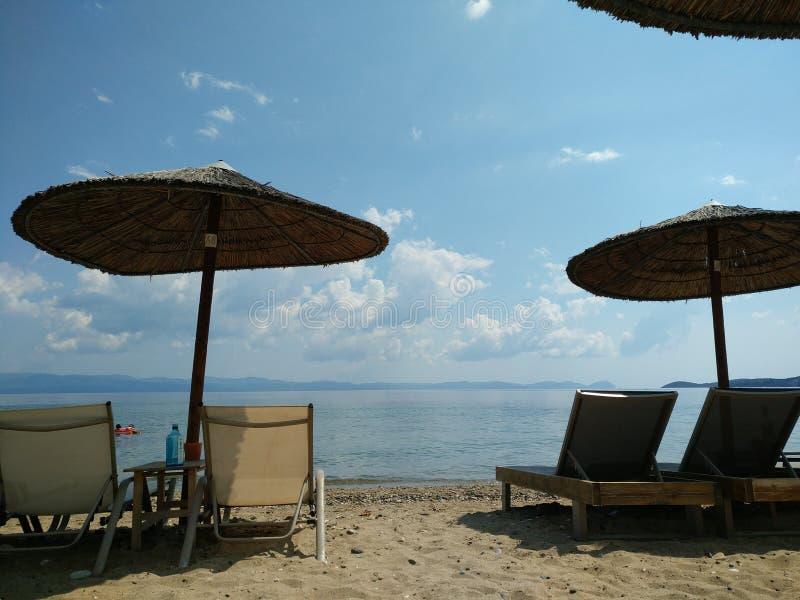 ομπρέλες και κρεβάτια παραλιών, Halkidiki Ελλάδα στοκ εικόνες με δικαίωμα ελεύθερης χρήσης