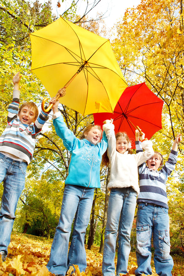ομπρέλες κατσικιών ομάδα&s στοκ φωτογραφία με δικαίωμα ελεύθερης χρήσης