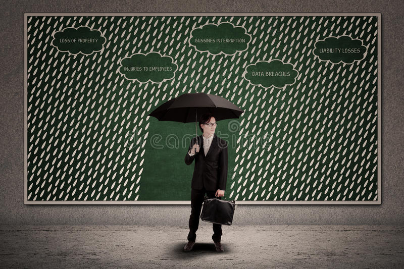 Ομπρέλα ασφαλιστικής λαβής πρακτόρων για να προστατεύσει την επιχειρησιακή απώλεια στοκ φωτογραφίες με δικαίωμα ελεύθερης χρήσης