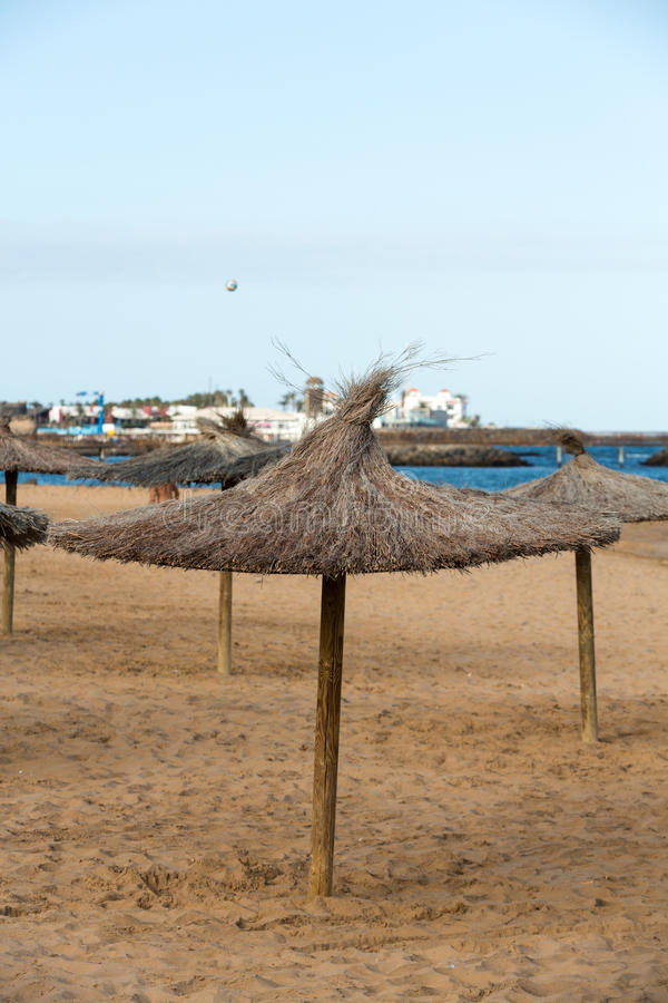 Ομπρέλα αχύρου στην παραλία στοκ εικόνα