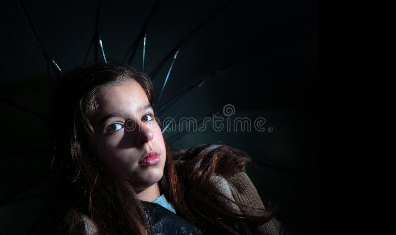 Ομπρέλα εκμετάλλευσης κοριτσιών στοκ φωτογραφία