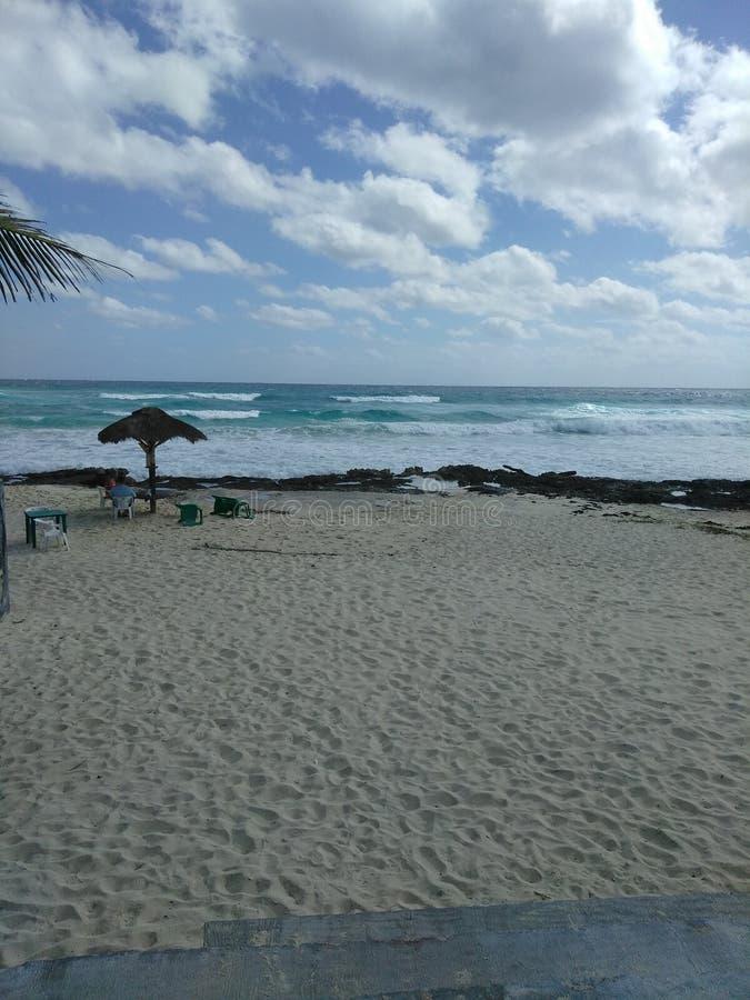 Ομπρέλα πέρα από τη θάλασσα στοκ φωτογραφία με δικαίωμα ελεύθερης χρήσης