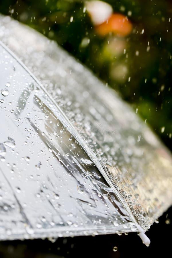 Ομπρέλα στη βροχή στον εκλεκτής ποιότητας τόνο στοκ εικόνες