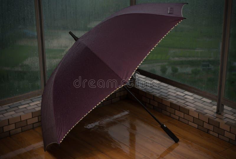 Ομπρέλα στο μπαλκόνι στοκ φωτογραφία με δικαίωμα ελεύθερης χρήσης