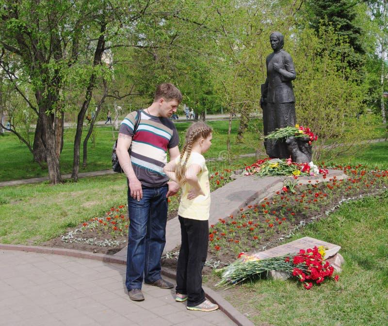 Ομσκ, Ρωσία - 9 Μαΐου 2015: άνθρωποι στο μνημείο στη μητέρα στρατιωτών στοκ φωτογραφία με δικαίωμα ελεύθερης χρήσης