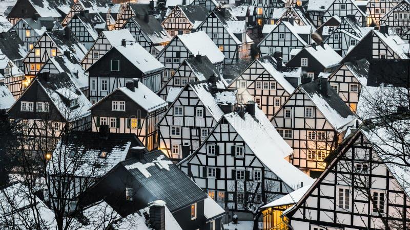 Ονειρεμένα χιονισμένο χειμερινό χωριό στοκ φωτογραφίες με δικαίωμα ελεύθερης χρήσης